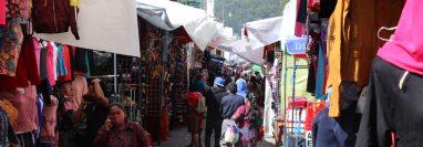 Comerciantes de Chichicastenango, Quiché, abren mercado municipal y se reportan aglomeraciones. (Foto Prensa Libre: Héctor Cordero)