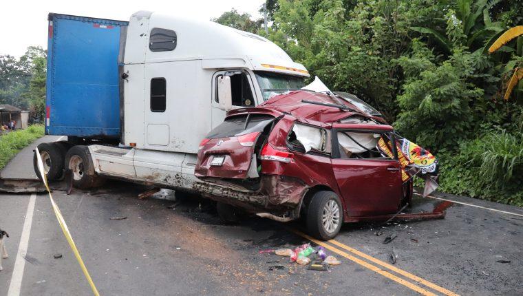 Choque de tráiler y camioneta ocurrido en junio de 2020 en el kilómetro 145 de la ruta CA-2 occidente. (Foto Prensa Libre: Marvin Túnchez)