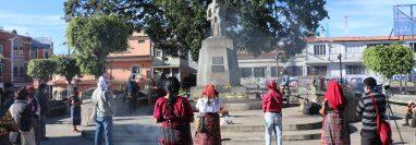 Guías espirituales mayas y líderes indígenas se reunieron frente a la estatua de Tecún Umán, en Santa Cruz del Quiché, para repudiar la muerte de Domingo Choc, en Petén. (Foto Prensa Libre: Yesica Tol)