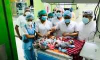 Personal médico junto a los trillizos que nacieron en el Hospital Regional de Huehuetenango. (Foto Prensa Libre: Mike Castillo)