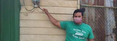Por no entregar recibo de electricidad con el código del bono, los arrendatarios le cortaron la electricidad. (Foto Prensa Libre: Marvin Túnchez)