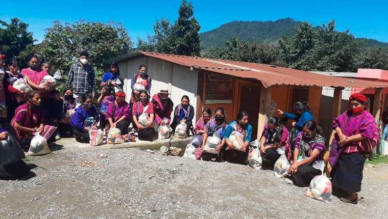 Un grupo de mujeres de escasos recursos de San Juan Atitán, Huehuetenango, reciben la ayuda donada por el migrante Willy Juárez. (Foto Prensa Libre: Mike Castillo)