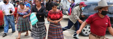 Las tres mujeres y los dos hombres son trasladados a la plaza de San Pedro Jocopilas donde recibirían castigos por autoridades indígenas, (Foto Prensa Libre: Héctor Cordero)