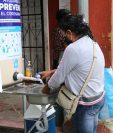 Cuatro estaciones para el lavado de manos fueron instaladas en la zona comercial de Palín. (Foto Prensa Libre: Carlos Paredes)