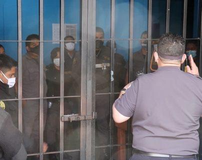Director del Sistema Penitenciario discute con los guardias penitenciarios que no quieren ser trasladados a cuarentena por Covid-19, (Foto Prensa Libre: Héctor Cordero)