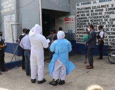 Personal del IGSS ingresa al preventivo para varones de Santa Cruz del Quiché para dialogar con ellos, (Foto Prensa Libre: Héctor Cordero)