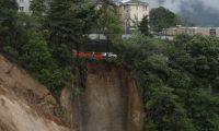 Área del socavamiento en el km 9 de la ruta hacia Boca del Monte.  (Foto Prensa Libre: Esbin García).