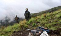 Dos elementos del Ejército custodian el lugar donde localizaron los fusiles. (Foto Prensa Libre: Ejercito de Guatemala)