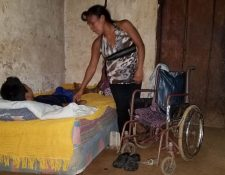 Uno de los hijos de Reyna Lucía Nolasco Salvador tiene problemas para movilizarse. (Foto Prensa Libre: Alexánder Coyoy)
