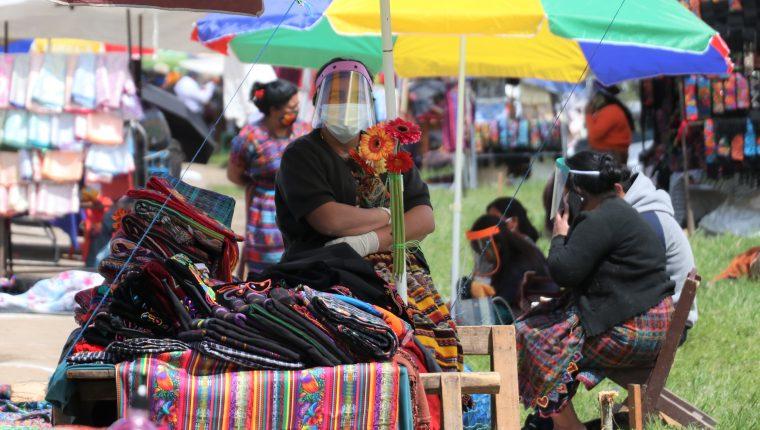 El uso de mascarilla, careta y gel antbacterial son indispensables en los vendedores. (Foto Prensa Libre: Raúl Juárez)