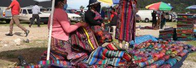 Unos 80 comerciantes de ropa típica alquilan un predio para vender su producto luego de tres meses de no tener ingresos. (Foto Prensa Libre: Raúl Juárez)
