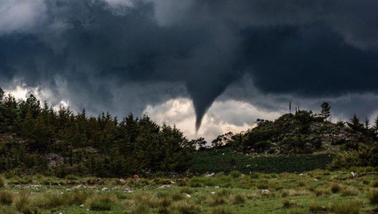 Imagen del embudo de aire en Chiantla, Huehuetenango. (Foto Prensa Libre: Abel Juárez. Tomada de Meteorología GT).
