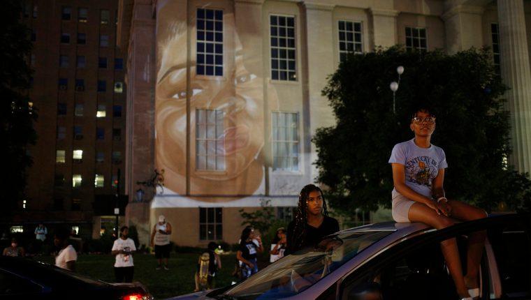Un retrato de Breonna Taylor es proyectado en el ayuntamiento durante una manifestación en Louisville, Kentucky, el 6 de junio de 2020. (Luke Sharrett/The New York Times)