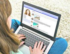 Las redes sociales son parte de la cotidianidad de los adolescentes, pero los adultos deben llevar un control de las publicaciones para evitar los peligros de la web. (Foto Prensa Libre: Shutterstock)