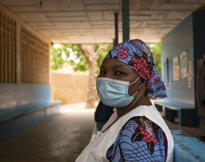 En una foto de UNICEF, Hawa Hamadou, trabajadora de la salud, en el centro de salud de Gamkale en Niamey, Níger, el 26 de mayo de 2020. Hamadou dijo que ha visto una disminución en las visitas de las madres, que tienen miedo de llevar a sus hijos a vacunarse. (UNICEF a través de The New York Times)