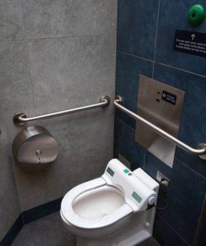 Descargar el inodoro puede arrojar partículas de coronavirus por todo el baño