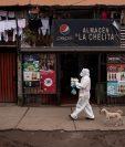 Una vecina de la comuna de Renca en Santiago de Chile se prepara para entregar almuerzos a domicilio procedentes de una olla común a familias contagiadas con la covid-19. (Foto Prensa Libre: EFE)
