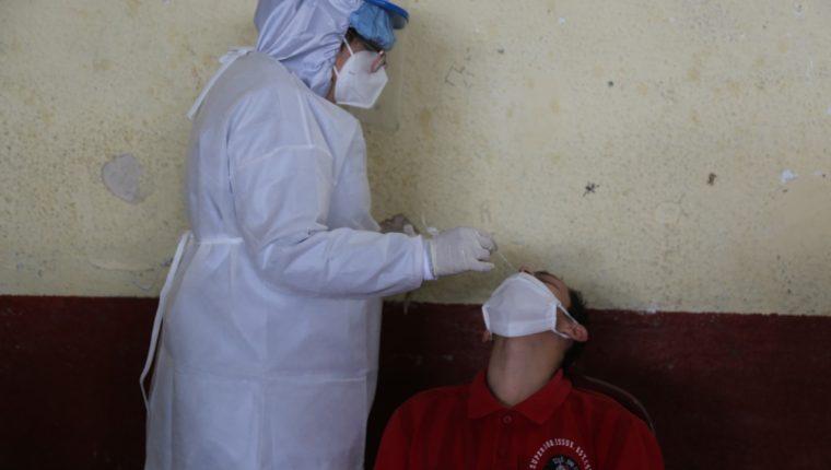 Ministerio de Salud Pública efectúa pruebas de covid-19 a reos y personal administrativo del Preventivo para Hombres. Foto Prensa Libre: Ministerio de Gobernación.