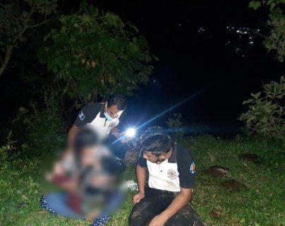 Bomberos Voluntarios localizan a dos de cinco personas que fueron arrastradas por el río Las Vacas. (Foto Prensa Libre: Bomberos Voluntarios)