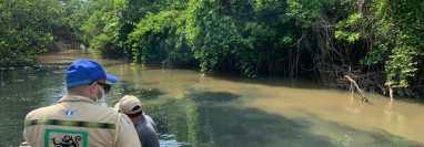 Personal de Conap verificó que el agua está contaminada en una parte del Río Ocosito. (Foto Prensa Libre: Cortesía Conap)