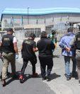 Capturados por fiesta en Tienda O3 son trasladados a la Torre de Tribunales. Deberán esperar audiencia de primera declaración. Foto: Érick Ávila.