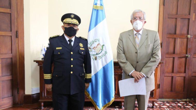 José Tzubán y el ministro Oliverio García Rodas. (Foto Prensa Libre: Ministerio de Gobernación).