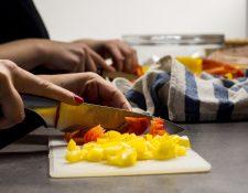 Uno de los eslabones en la cadena de seguridad alimentaria lo constituye la preparación de los alimentos en el hogar. Foto Prensa Libre: Marvorel Pixabay