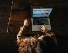 Prepararse para una entrevista de trabajo tiene retos similares tanto en forma presencial como virtual.  (Foto Prensa Libre: Annie Spratt / Unsplash).