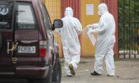 El personal sanitario y de funerarias debe utilizar trajes de protección para evitar contagios. (Foto Prensa Libre: Érick Ávila)