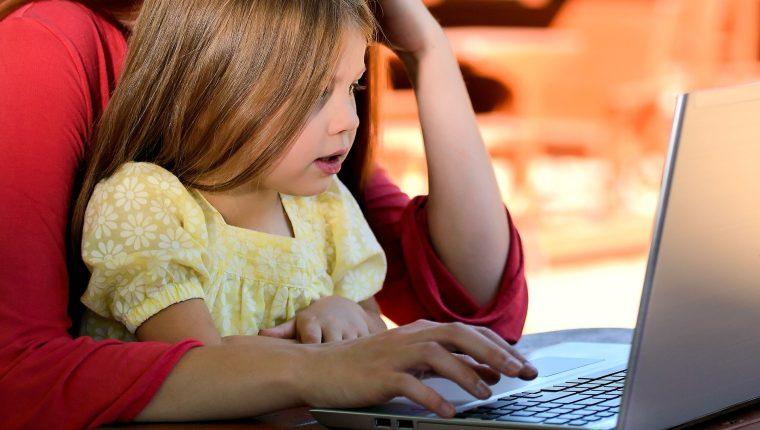 Los padres de familia comparten la labor educativa con los maestros en estos tiempos de coronavirus. (Foto Prensa Libre: Pixabay)