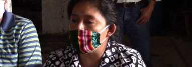 Esperanza Carrillo denunció que su hermano que murió de covid-19 fue enterrado en un basurero a petición de un grupo de vecinos en Chocolá, San Pablo Jocopilas, Suchitepéquez. (Foto Prensa Libre: Marvin Túnchez)