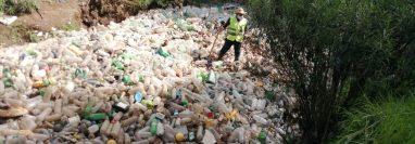 La basura formó una presa en el río Xequijel. (Foto Prensa Libre: Ministerio de Ambiente)