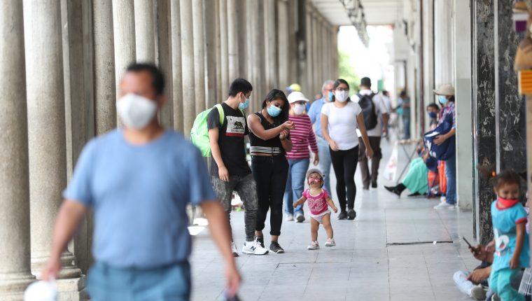 Guatemaltecos usan mascarilla para trabajar y trámites personales durante la pandemia del coronavirus. (Foto Prensa Libre: Érick Ávila)