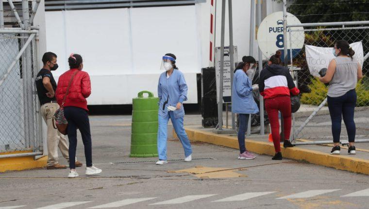 Vista afuera del hospital temporal instalado en el parque de la Industria. (Foto Prensa Libre: Érick Ávila)