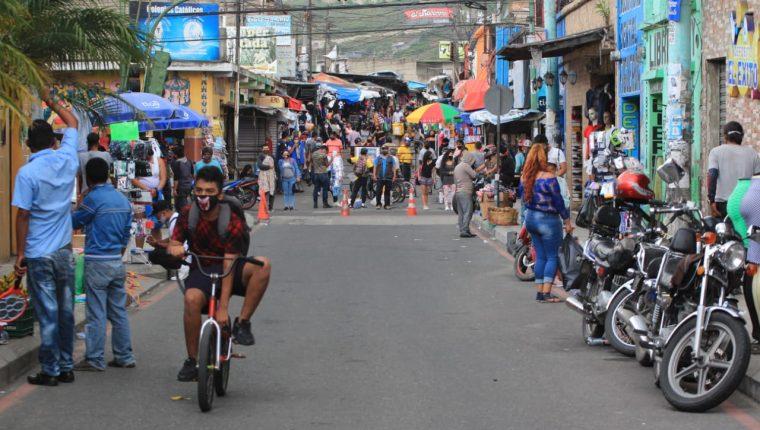 Vista de un mercado en Bárcenas, Villa Nueva, uno de los municipios con más casos de coronavirus. (Foto Prensa Libre: Byron García)