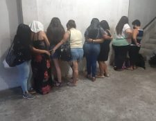 Los detenidos fueron trasladados a la comisaría 34 de la Policía Nacional Civil (PNC) (Foto Prensa Libre)