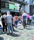 Personas esperan a ser atendidas en la agencia de la SAT ubicada en Dubai Center, zona 10. (Foto Prensa Libre: Hemeroteca).