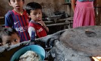 Familia Ramirez, con problemas de desnutrición ella tiene 4 hijos y tienen problemas con alimentación de sis hijos y los gobernantes no les han llevado ayuda.   Fotografía. Erick Avila:               28/04/2020