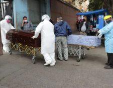 Los muertos por coronavirus son trasladados bajo un estricto protocolo de seguridad. (Foto Prensa Libre: Érick Ávila)