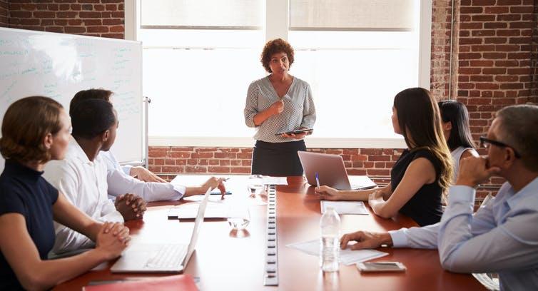 Con mujeres en los consejos de administración, crece la rentabilidad y baja la deuda