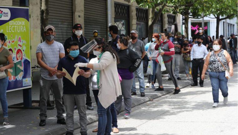 La mascarilla se ha convertido en un accesorio habitual en los espacios públicos. (Foto Prensa Libre: Érick Ávila)