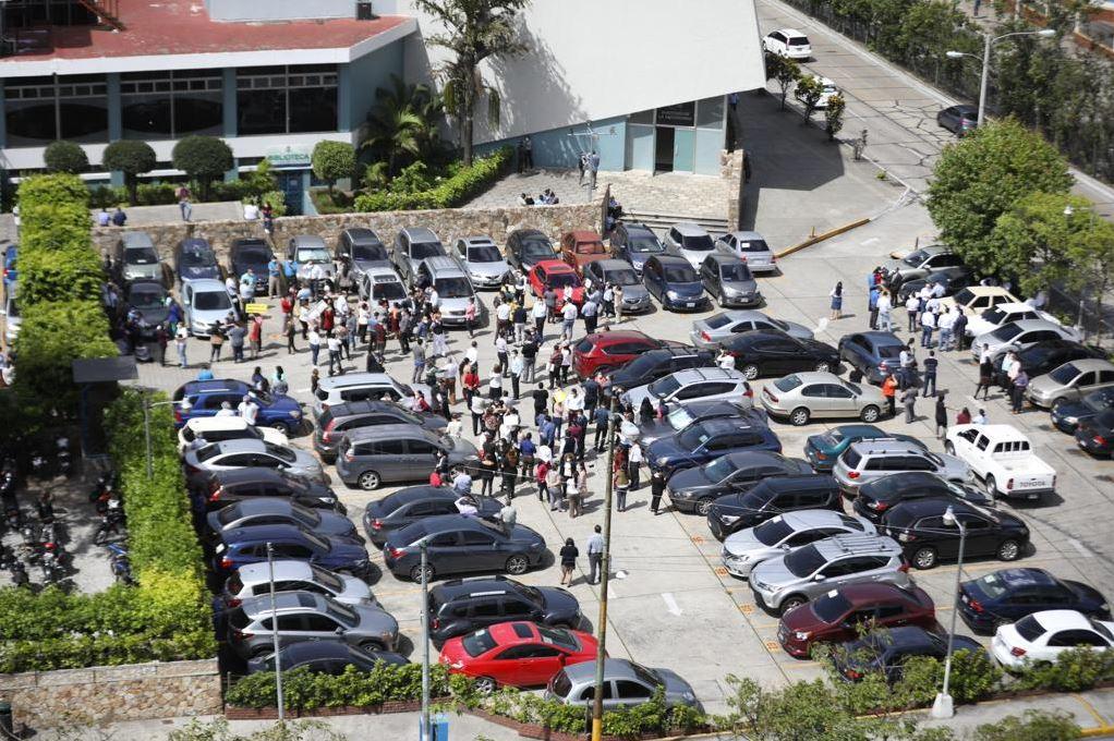 Personas permanecen en un lugar seguro después de la evacuación del IGSS. (Foto Prensa Libre: Jorge Ordoñez)