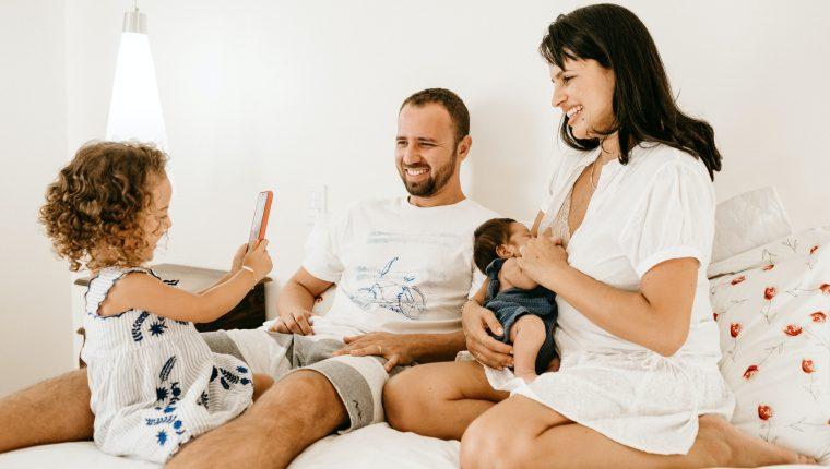 Las familias siguen siendo un pilar fundamental en la formación de los niños, pero los roles de papá y mamá se modifican en la actualidad.  (Foto Prensa Libre: Jonathan Borba/Unsplash).