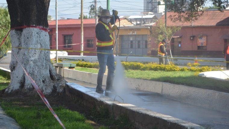 La limpieza, aún con químicos, podría no tener ningún beneficio para combatir al coronavirus, según la opinión de un experto. (Foto Prensa Libre: Raúl Juárez)