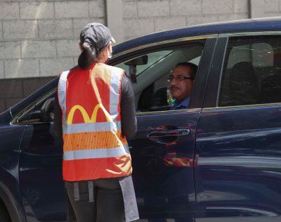 McDonald´s habilitó un nuevo servicio para que sus clientes puedan degustar sus productos con toda seguridad. Foto Prensa Libre: Norvin Mendoza