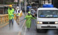Limpieza de calles y otras actividades de desinfección dirigen las municipalidades para reducir los casos de covid-19. (Foto Prensa Libre: Carlos Hernández)