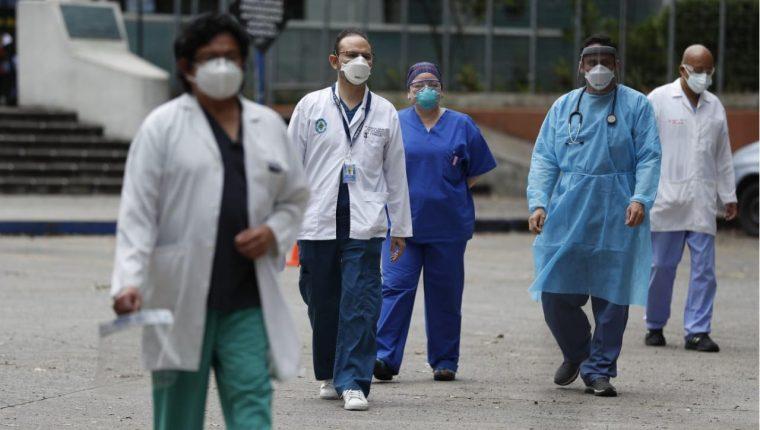 Los médicos son los que están en primera línea del frente de batalla frente al covid-19 y a muchos no se les ha pagado su sueldo. (Hemeroteca PL)