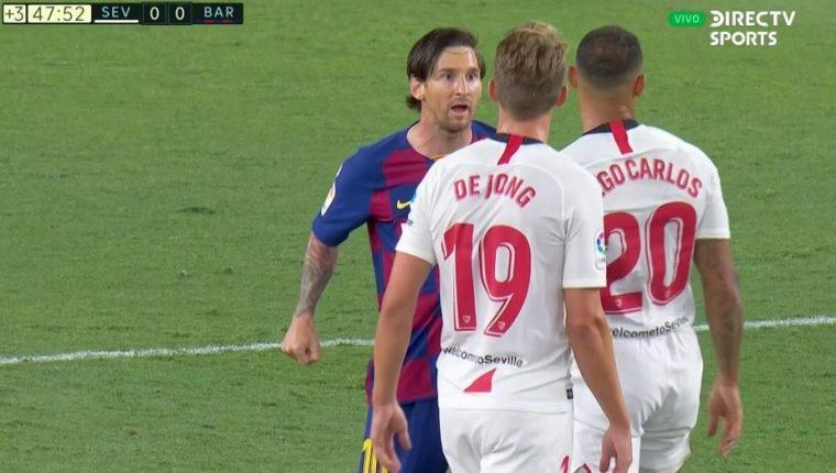 Messi y Diego Carlos en el momento más tenso del partido entre Sevilla y Barcelona. (Foto Prensa Libre: Twitter @porquetendencia)