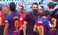 El momento de tensión entre Sarabia y Leo Messi. (Foto Prensa Libre: Captura video)
