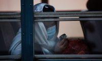 """GU1001. CIUDAD DE GUATEMALA (GUATEMALA), 04/05/2020.- Una mujer en el autobús que llevará a migrantes a un albergue para pasar una cuarentena después de ser deportada desde Houston, Texas, este lunes en Ciudad de Guatemala (Guatemala). Estados Unidos reinició este lunes con los vuelos de migrantes deportados a Guatemala, tras una pausa de 18 días después de que más de 40 retornados dieran positivo por coronavirus entre marzo y abril. El Ministerio de Relaciones Exteriores guatemalteco detalló a periodistas que durante la presente semana ingresarán tres vuelos con """"un promedio de 75 personas"""" cada uno, procedentes de EE.UU. EFE/Esteban Biba"""